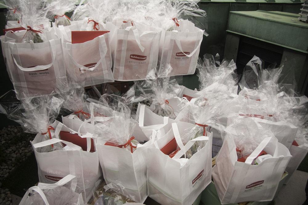 Les sacs-cadeaux pour les blogueurs! Chacun de ces sacs était rempli de contenants Rubbermaid avec tout le souper déjà prêt (le concept était que le chef faisait le souper pour vous ce soir-là) : filet mignon et sauce chimichurri, salade, légumes, trifle et petits fruits. Il y avait également plein de fines herbes et du miel de la ruche. OMG! Josiane et moi n'en avons pas eu par contre, parce que nous ne pouvions ramener ça dans l'avion! 😭