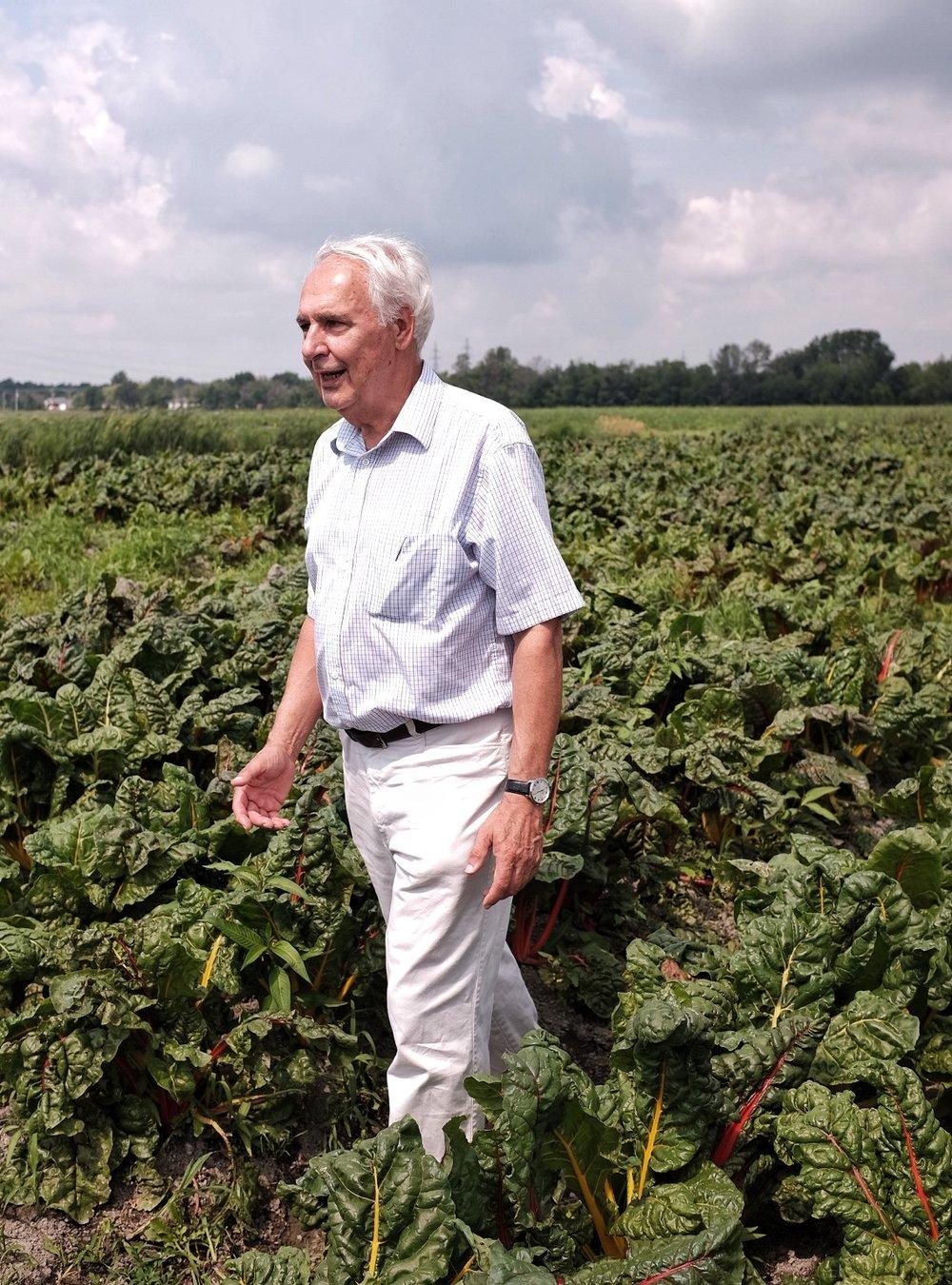 M. Trudeau, un visionnaire qui a transformé la ferme laitière de ses parents (en exploitation depuis 1850), dans ses champs de bette à carde arc-en-ciel...