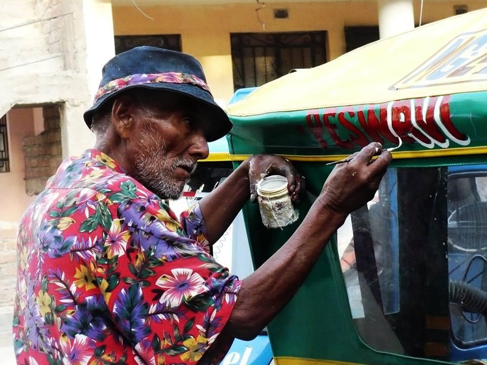 """Desde San Juan de Lurigancho el Pintor de Letras Rodolfo Ponce """"Caribeño""""  FOTO CREDIT: Carga Máxima."""