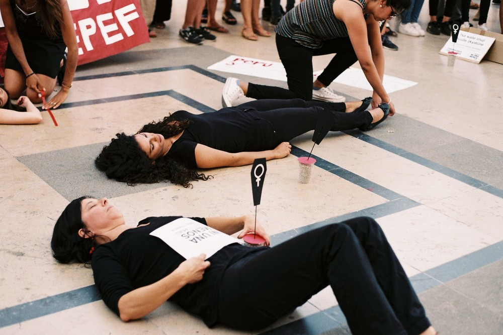 Performance en la que se recordó a las mujeres que fueron víctimas de feminicidio || Performance in remembrance of the victims of femicide