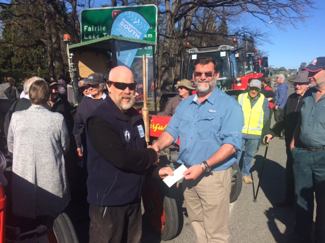 Al thanking Wayne from the vintage machinery club for their donation