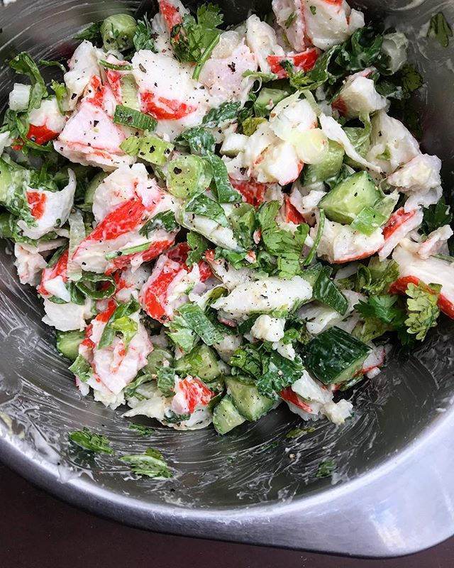 ZERO chill when it comes to my (not so secret) love of imitation crab - it goes from fridge to dinner in under 5 minutes with some mayo, mustard, crunch veggies, scallions, herbs, salt and pepper and it's delicious in its fake-ness. You can even freeze it so you keep some pre-cooked some protein on hand 👌