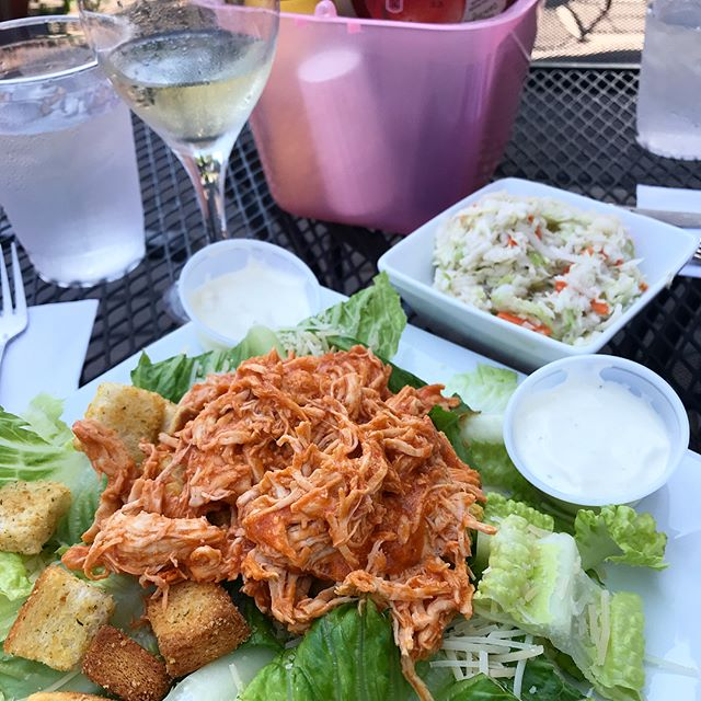 Yes, I'm back at @stressfreemoose ordering my favorite thing again 😂 what can I say, I'm a creature of habit! Swipe right to see when I first discovered this buffalo chicken (spoiler - I was being forced to drink a bottle of wine out of a giant bedazzled cup 😜 but was also trying to fit into a dress a couple days later)