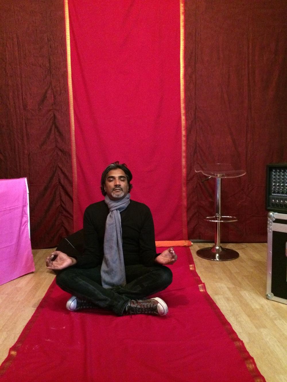 Before the show, rien de tel qu'une petite séance de yoga !