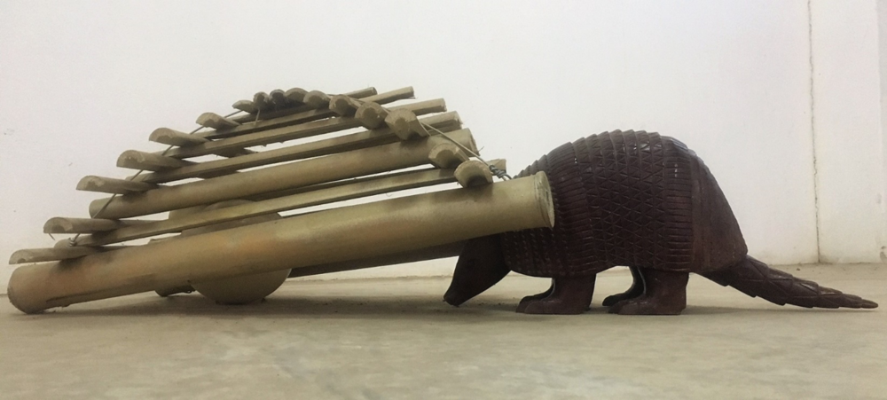 Arapuca, 2017 | Arapuca de bambu, tatu de madeira, ovo de avestruz, arame | 22 x 42 x 81 cm