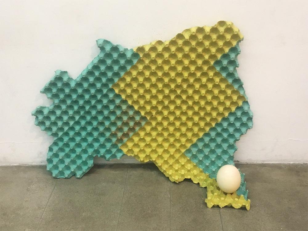 Brasil, 2016 |Caixas de ovos, ovo de avestruz e tinta |66 x 125 x 60 cm |