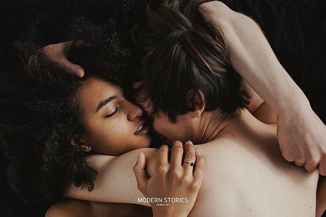 """Dziękujemy @id_poland za wyróżnienie kampanii Modern Stories autorstwa @sonia_szostak """"To intymne """"krajobrazy ciał"""" pięknych zakochanych ludzi, chyba najlepszy kontekst dla delikatnych pierścionków, w których specjalizuje się marka."""""""