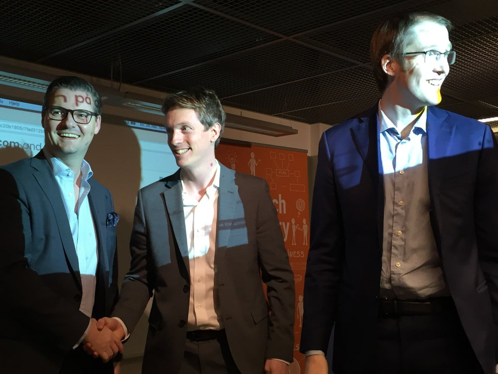 The winners Enin are being congratulated by CEO of TheFactory Ingar S. Bentsen. Paul I. Huse og André Andersen