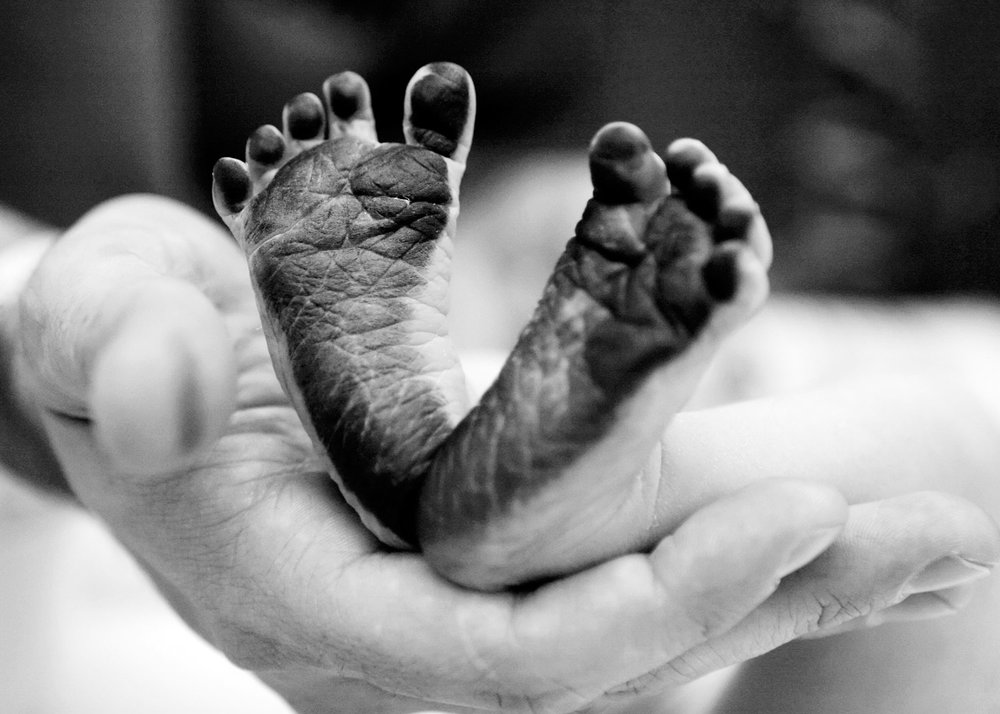 baby-newborn-feet-candid-lifestyle-session-photo-ruthie-hauge-photography-geneva.jpg