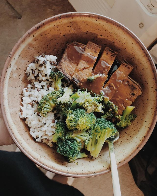 ✨DONT lick your screen✨ Guys me and hubby have been eating cleaner and I have to say I'm so happy about it🌟 . . . ⚡️Recipe: 1/2 of a sweet potato Sautéed ( seasoned w/ salt, pepper, cumin and olive oil) Broccoli and brown rice medley (from @traderjoes) topped with Sesame ginger dressing .. You can find all of these item at @traderjoes or your local grocery store! . . . . . #FeeEats #cleaneating #healthyfood #healthylifestyle #health #cleanhealth #traderjoeshaul #traderjoes #inspiration #healthylifestyle #healthyrecipes #meals