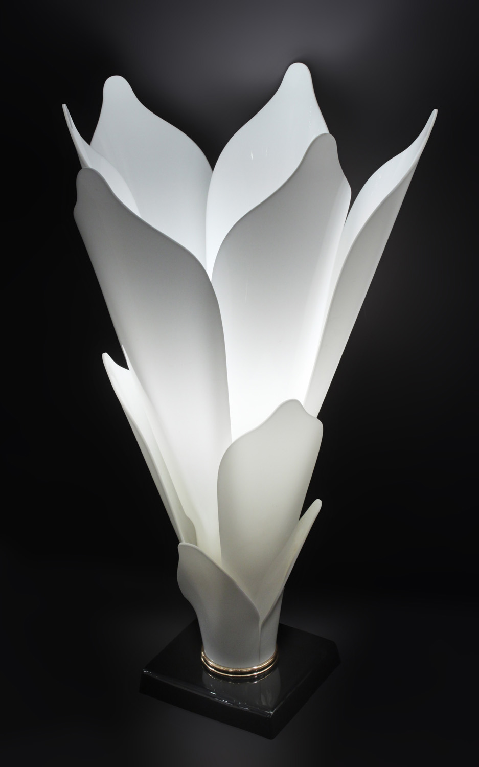 Rougier 30 white petals flower tablelamp220 detail1 hires.jpg
