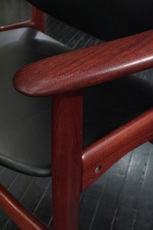 Hovmand 45 Olsen teak+blk vinyl armchairs26 detail2 hires.jpg