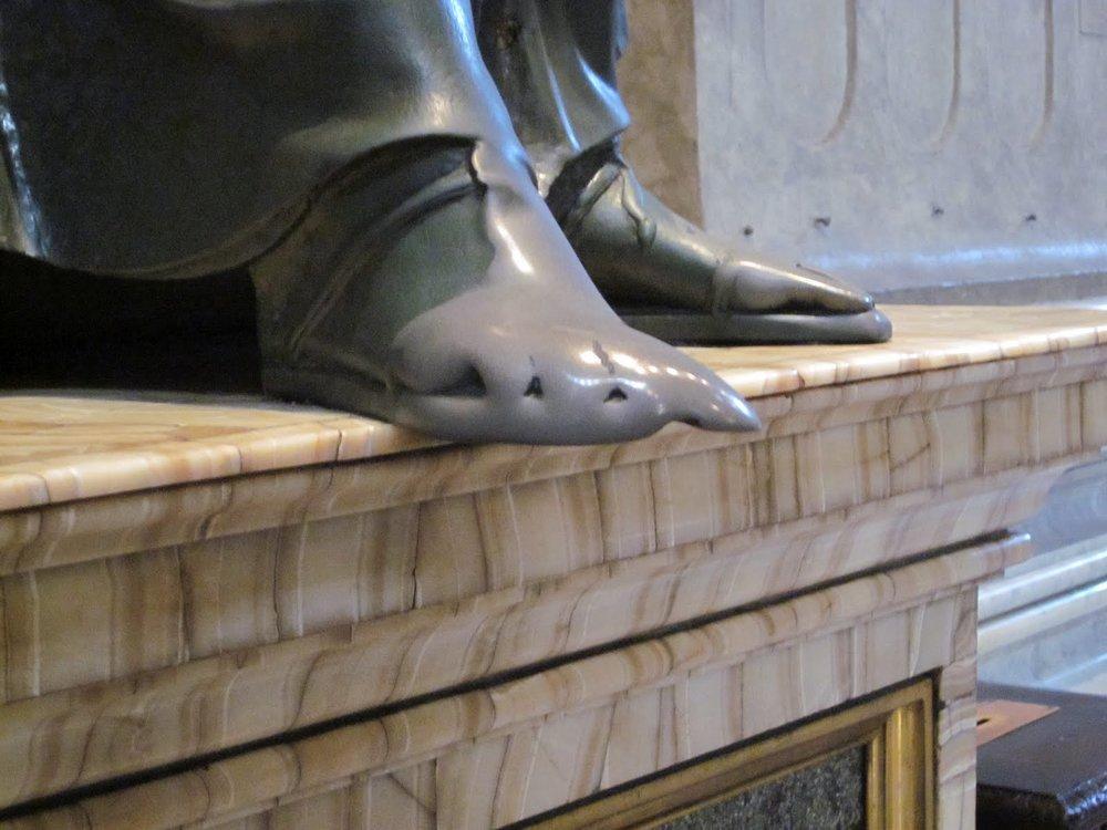 Statue of St. Peter, http://1.bp.blogspot.com/-OIi4pqs9AiE/T87-Z8Fh-DI/AAAAAAAAAng/qbNmjkBHs_8/s1600/3.%2Bil%2Bpiede-706986.jpg