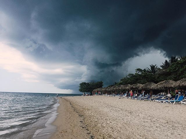 When the mother of all thunderstorms is heading for your beach 😬. Moments later, the heavens opened. 💦⚡️ #Cuba #thunderstorm #jibacoa