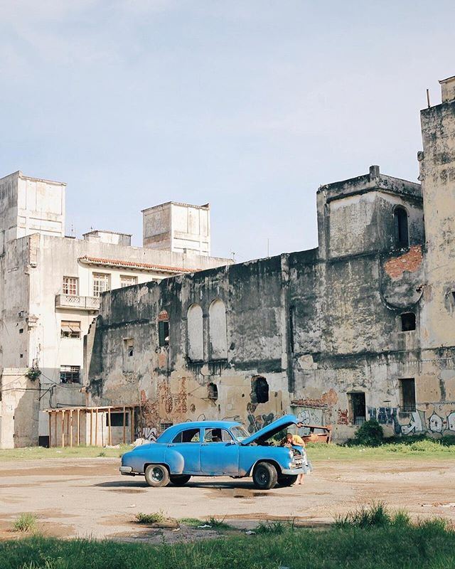When your car breaks down in Havana. One of the most beautiful cities I have been lucky enough to visit. More pics to come! 🇨🇺 #Cuba #Havana 🚙
