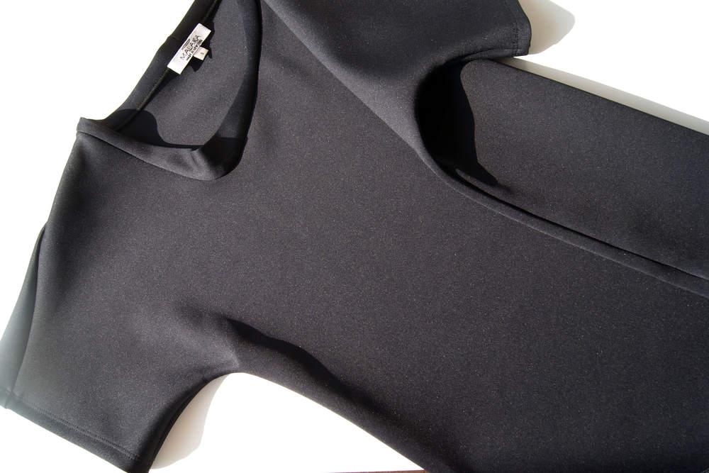 No arm seam - Curvy collar  Blog : http://www.mesmerizefashion.eu/2016/06/lopsided-t-shirt.html   Shop : http://www.malaikallc.com/shop-1/collar-t-shirt