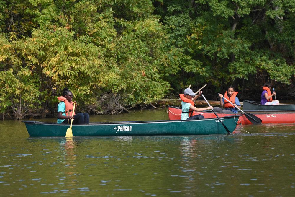 el piragüismo - Los estudiantes participarán en una experiencia de construcción de equipo en canoa con un compañero que tal vez no conozcan personalmente.