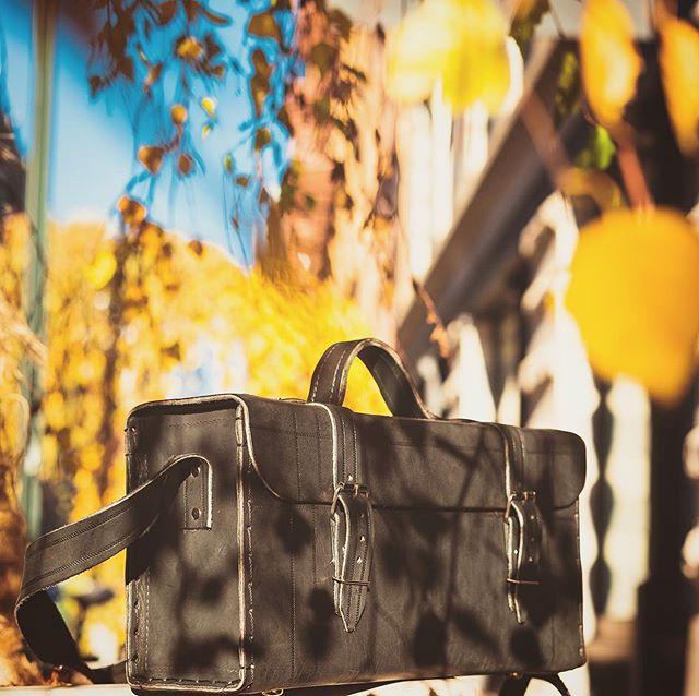 As cores e o clima de aconchego do outono nos inspiram, com o sol mais baixo e as folhas no chão avisando que a temporada de calor está terminando. Bem vindo, outono. 🍁 /// For us down here is autumn what's happening. We love the cozy colors and the leafs telling us summer is coming to an end. Welcome in, autumn. 🍂