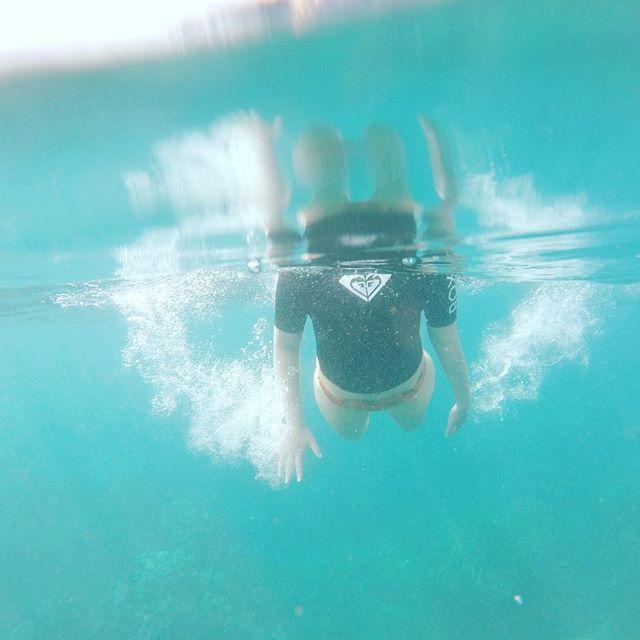 Dreaming of warm, blue waters... 🌊 . . . #hawaii #takemeback #waterchild #justkeepswimming @roxy