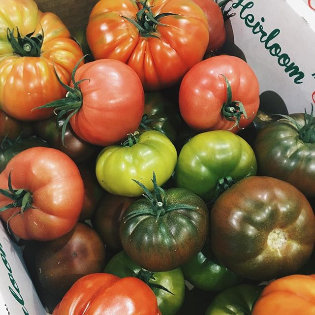 🍅LARGE HEIRLOOM TOMATOES: No problems this week. The only issues are with large Salad and large Roma Tomatoes that are a bit expensive this week - THIS WEEK'S MARKET REVIEW OUT NOW - LINK IN BIO • • #heirloom #tomatoes #local #australiangrown #produce #sydney #chef #chefsofinstagram #foodies #vellutis #market #review