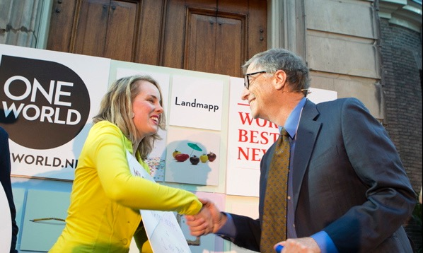 here you see merel shaking Bill Gates hand after presenting the LegBank story to him.jpg