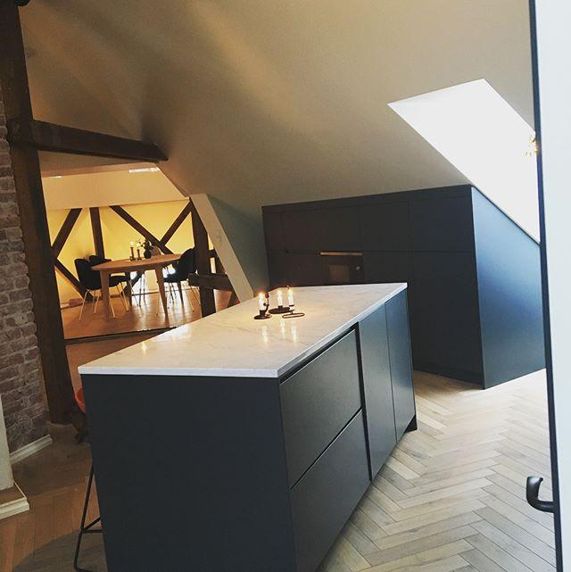 Man kan få flotte løsninger på et loft også! 🙌🏼💪🏼 Arbeider utført av oss og plass bygget kjøkken fra @blenderinterior #blenderentreprenor #blendergruppen #projectbyblender #fagflis #blenderinterior #bygg #interior #entreprenør #drammen