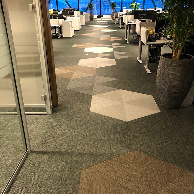 Morsomt med litt utfordringer. Det ble bra med 6 kantene! 👍🏼 #blenderentreprenor #blendergruppen #projectbyblender #bolon #teppe #bygg #kontor #office #carpet #interiør #entreprenør