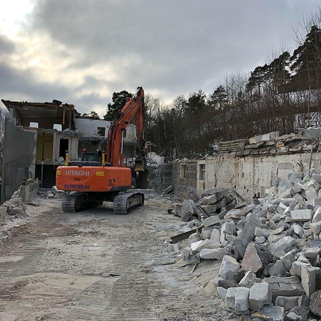Her kommer det 26 fantastiske sjøhytter etterhvert. Må bare få fjernet den gamle fabrikken først! #projectbyblender #building #contruction #Viksfjord #larvik #sandefjord #sjø #hytte #cabin #snartsmellerdet