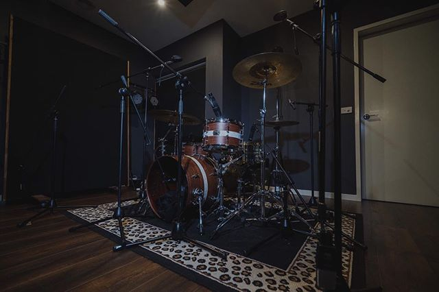 • DRUM TRACKING • Getting setup to record my friends @airlieband on this solid piece of timber by @metrodrums . . I'm taking bookings for limited days in May | June and offering 20% OFF ALL packages if you book before March 1st. . . If you would like to work together shoot us an email: 📧 info@cliquerecordingstudios.com.au 👌🏽