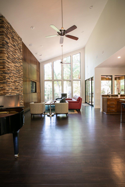 Open floorplan living room with tall windows - ambiance interior design