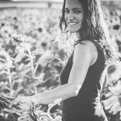 Country.lemonade - Virginia Pérez Escudero colabora con A la virulé diseñando y creando detalles e invitaciones para eventos que enamoran a todos los asistentes.Con ella surgió un flechazo instantáneo siendo fotógrafxs y videógrafxs de su boda, donde decoró y preparó todo con tanto gusto que no pudimos evitar invitarle a formar parte de nuestro equipo. Hoy continúa su propio proyecto @country.lemonade. Para recibir información sobre tarifas de diseño personalizado podéis contactar con ella a través de instagram o su web, o también desde nuestra web.