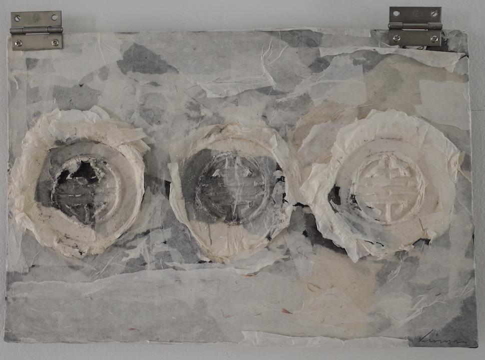 林延,回家3,2015. 34 x 45 x 3 cm,宣纸,墨和混合媒介 ©2017 林延,致谢否画廊 Lin Yan, Return Home 3, 2015. 13 x 18 x 2 in. (34 x 45 x 3 cm), Xuan paper, ink and mixed media ©2017 Lin Yan, courtesy Fou Gallery.