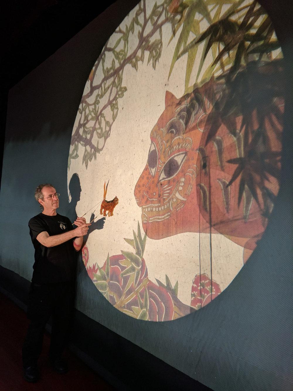 CTW's co-Artistic Director Stephen Kaplin with shadow figures after the show in Shenzhen中国戏剧工作坊的艺术总监史蒂芬.凯派林在深圳的皮影戏演出后