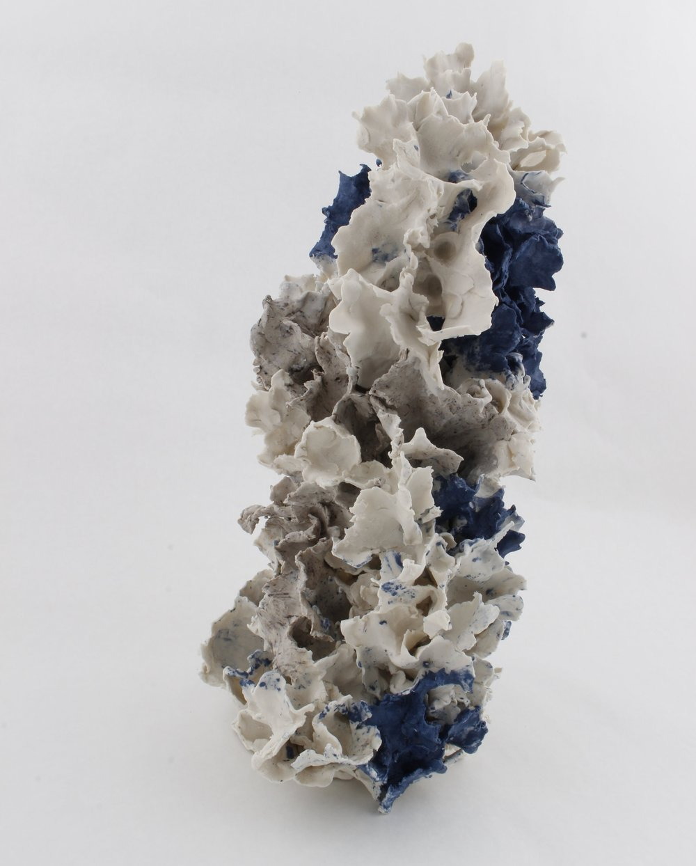 Renqian Yang , Simultaneous Growth , 2018. Paper clay, fire to cone 6, electric kiln, 8 x 17 x 8 inch ©Renqian Yang, courtesy Fou Gallery. 杨人倩,同步生长,2018. 瓷泥,烧至Cone 6,电窑,20.3 x 43.2 x 20.3 cm © 杨人倩,致谢否画廊