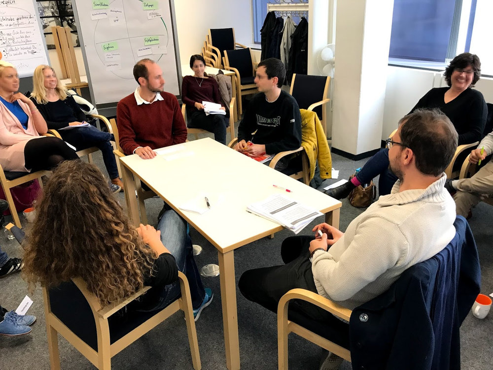 Verhandlungen werden in Szenarien trainiert und anschließend in der Gruppe analysiert.