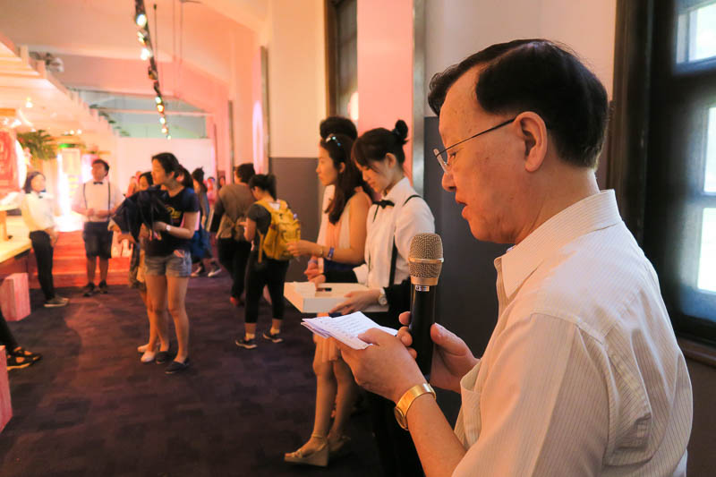 One of Taiwan's first major news anchors and respected journalist 盛竹如 (Zhu-ru Sheng) introduces the event.