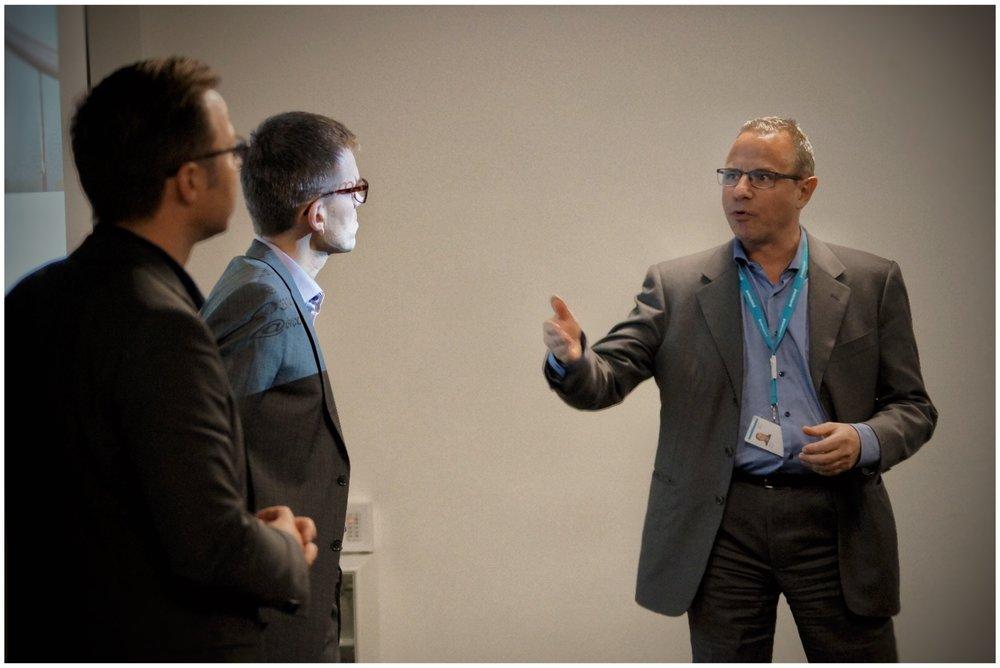 Søren Boas, formand for NTM, drøfter med Thomas Suse, DSV, og Mattias Goldmann, Fores, på netværksmøde dec 2016.jpg