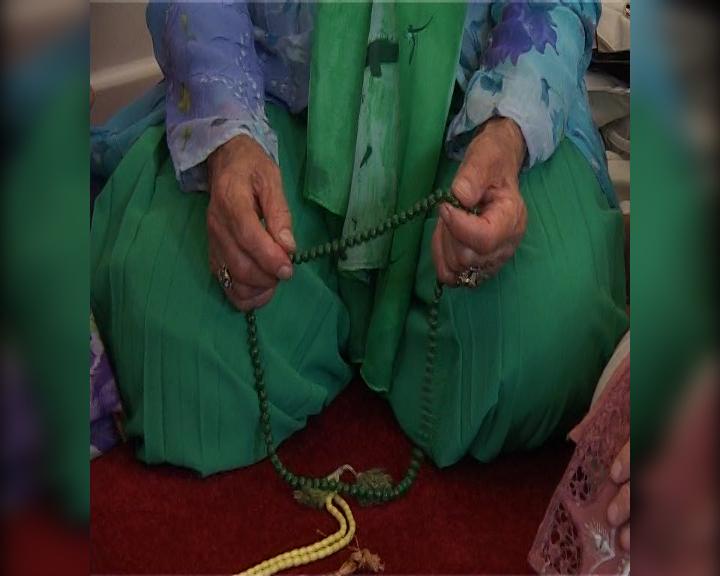 Ett muslimskt radband där kulorna 33 och 66 är större, så kallade imamer (böneledare) och den sista, 99, utgör både begynnelsen och avslutningen.