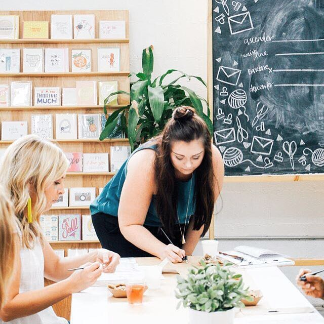 Candid of me teaching the August intro to modern calligraphy workshop! We have a few more workshops coming up this year, head to our website to sign up!  _____ 📷:@thepapercraftpantry