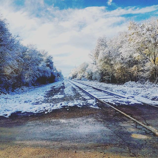 Loving the snow before we get back to 60 degree weather this weekend ☃😎 . . . . . #snowday #snowintexas #traintracks #winterwonderland #snowflakes #railroad #centraltexas #austin #atx #bastrop #december #outside #landscape