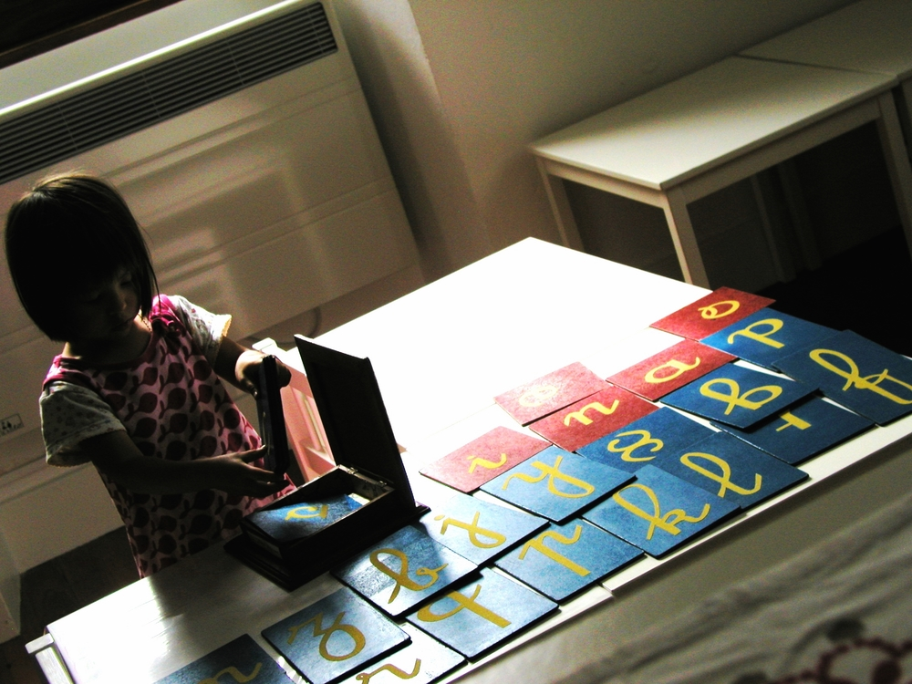 Mikai découvre les lettres rugueuses.jpg