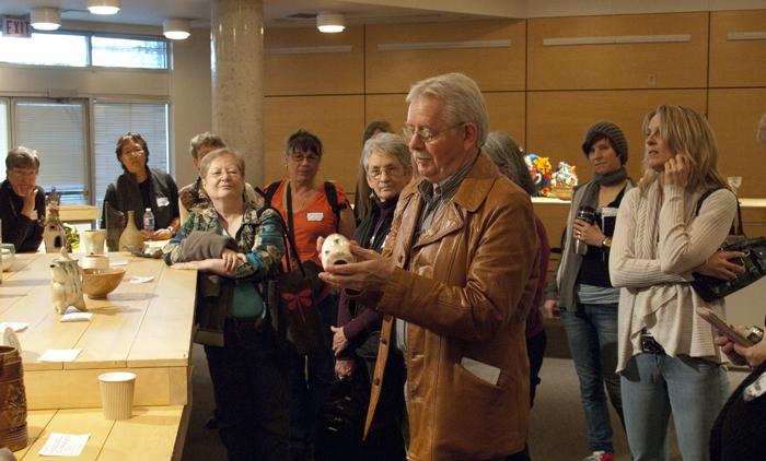 Les Manning critiquing the 2010 Ceramic Roadshow