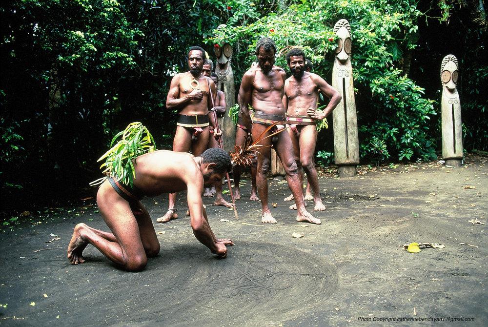Vanuatu Photo Copyright catherinebendayan1@gmail _ © Catherine Bendayan - ecriture sur sable F1010047.jpg