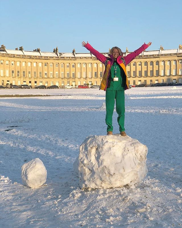 The green goblin using her last little scraps of energy on her walk home from her last in a row of night shifts to mount a big snow ball in front on the Royal Crescent. Naturally. #scrubs #finished #nightshift #royalcrescent #doctor #bathuk #yay