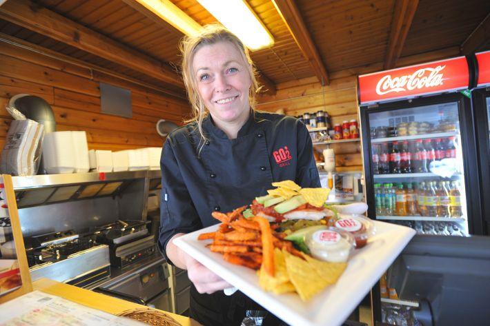 SUNNERE ALTERNATIV: Daglig leder Anne-Lise Sørensen i Patricias Gatekjøkken mener det er viktig å gi kundene mulighet til å velge sunnere alternativer selv om de er et gatekjøkken. Ved å bytte ut hamburger med kyllingfilet og pommes frittes med søtpotet, har man spart mange kalorier.
