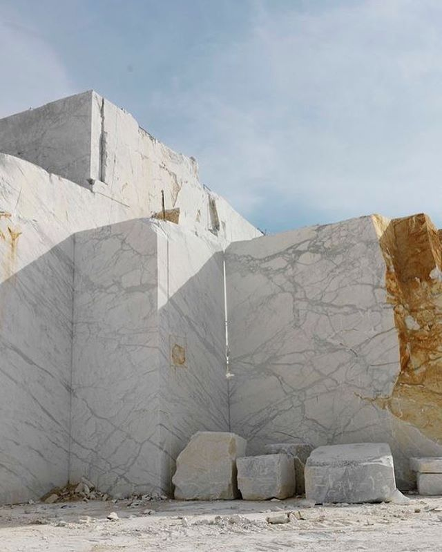 WONDER. Marble quarry Carrara - Calacatta and Statuario.