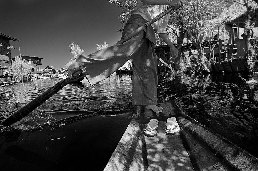 Inle Lake Rowing.jpg