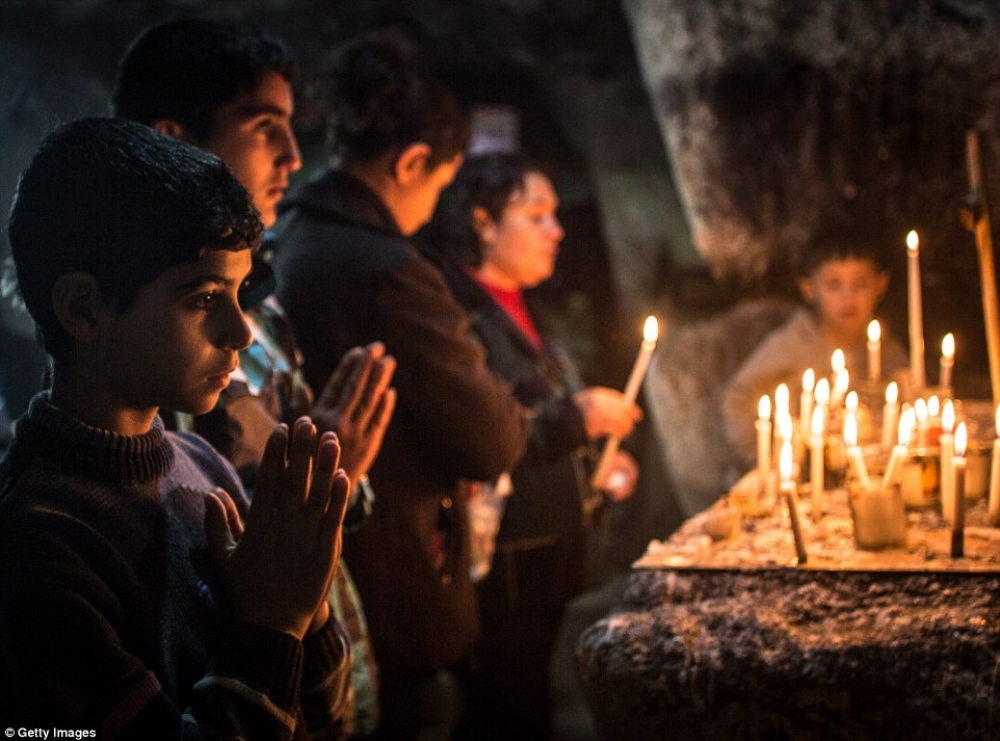Christmas in a refugee camp; christian children fleeing Isis ( source )