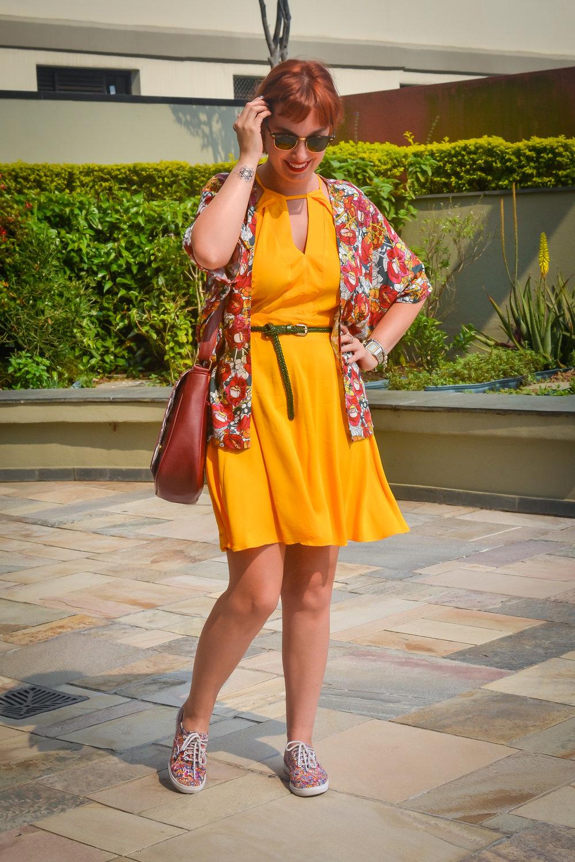 Um montão de cor, que funciona junto. O segredo é sempre usar peças que conversam entre si. O amarelo quente do vestido está presente também na estampa lúdica do kimono. Fácil, né?