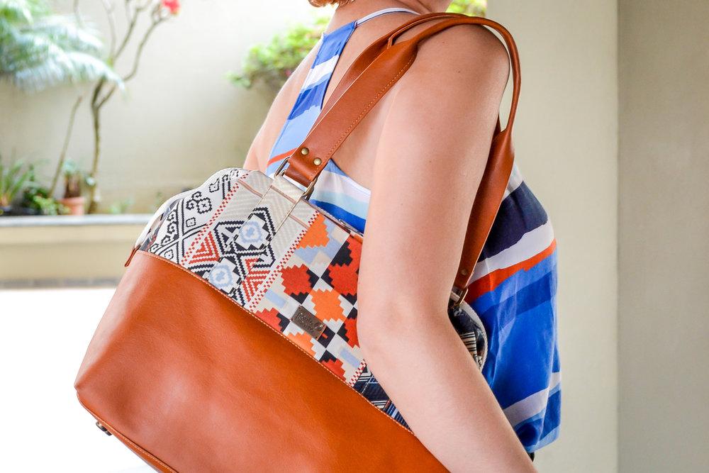 Essa estampa é super fácil de coordenar! Com o fundo predominante branco, linhas e formas geométricas em cores que - provavelmente - já existem no seu guarda-roupa: vermelho, azul marinho, preto e laranja.